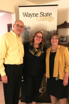 Lisa '90 and Ryan Albers hosted the Des Moines Area Alumni Reunion at their home.